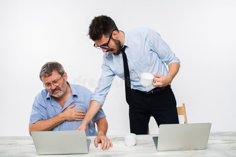 2 коллеги работая совместно на офисе на белой предпосылке стоковые изображения