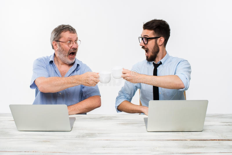 2 коллеги работая совместно на офисе на белой предпосылке стоковые фото