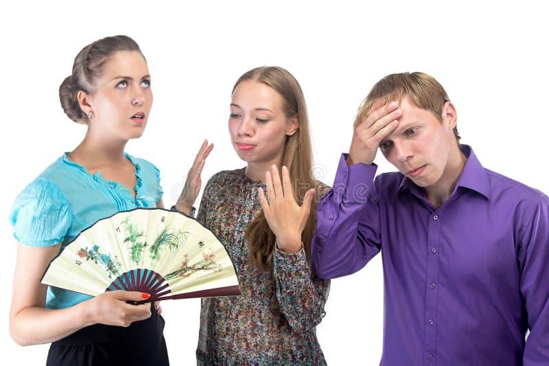 Коллективно обсуждать в офисе - 3 утомленных людях стоковая фотография rf