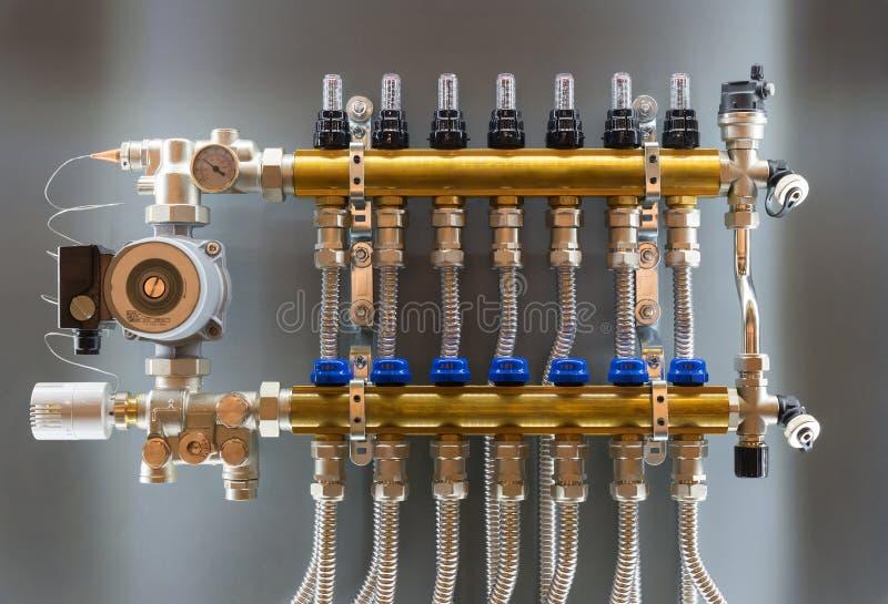 Коллектор основного управляющего воздействия топления дома стоковая фотография rf