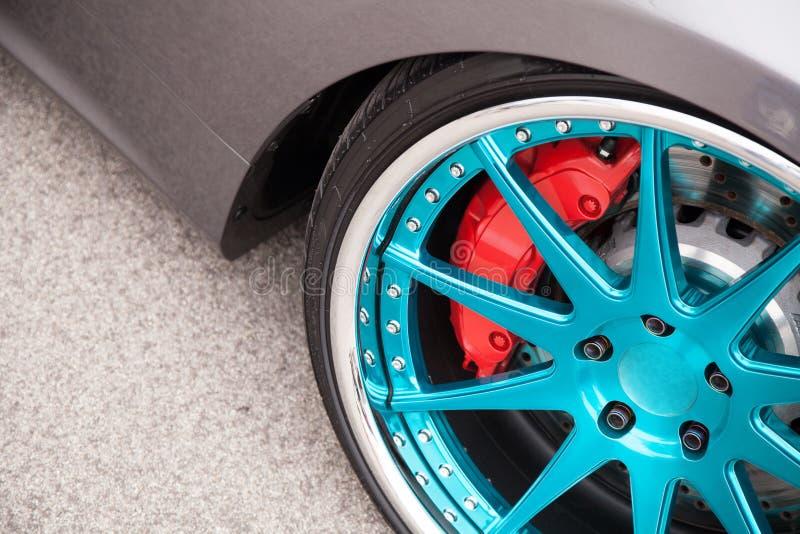 Колеса светлого сплава спортивной машины стоковая фотография