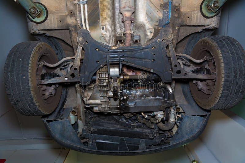 Колеса enginee фронта underbody автомобиля стоковые фото