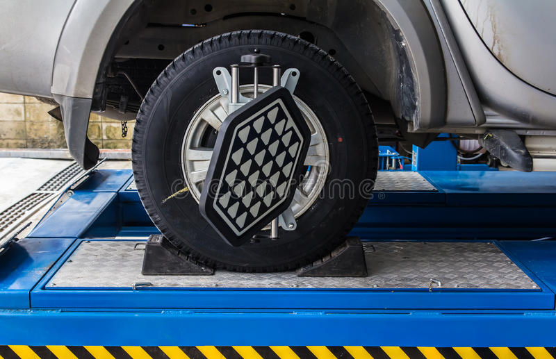 Колесо автомобиля зафиксированное с компьютеризированный стоковые фото