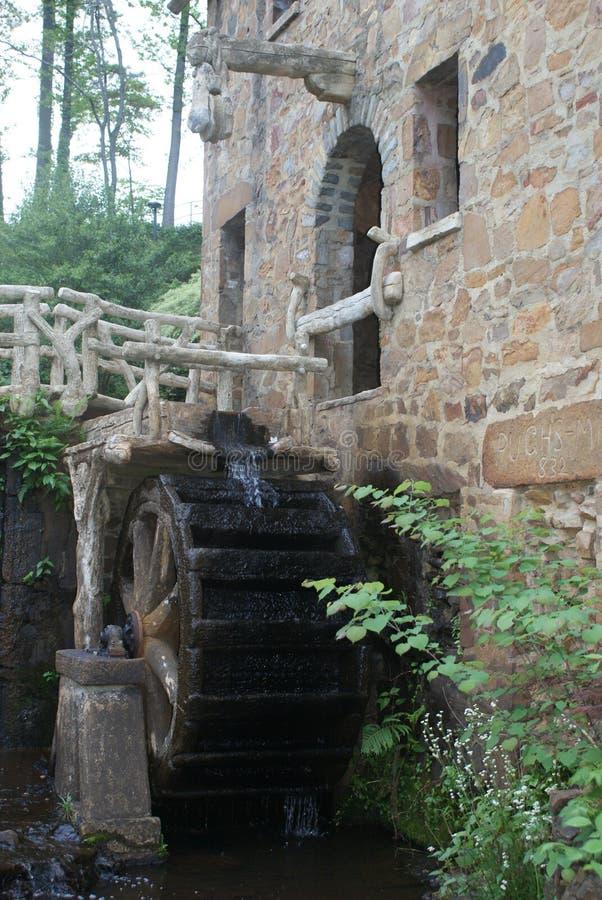 Колесо воды на старой мельнице стоковые фотографии rf