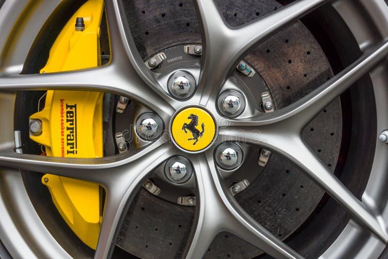 Колесо и тормозная система автомобиля спорт Феррари F12berlinetta стоковое изображение