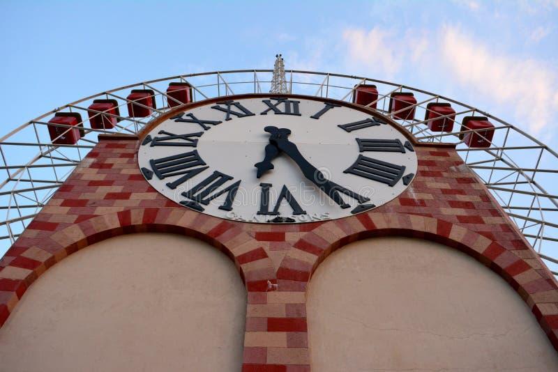 Колесо телеги с гигантскими часами стоковые изображения rf