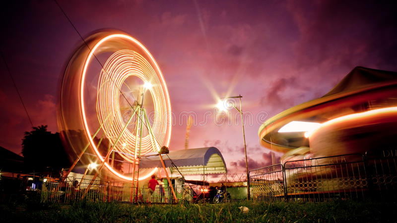Колесо Ferris на заходе солнца стоковые фотографии rf
