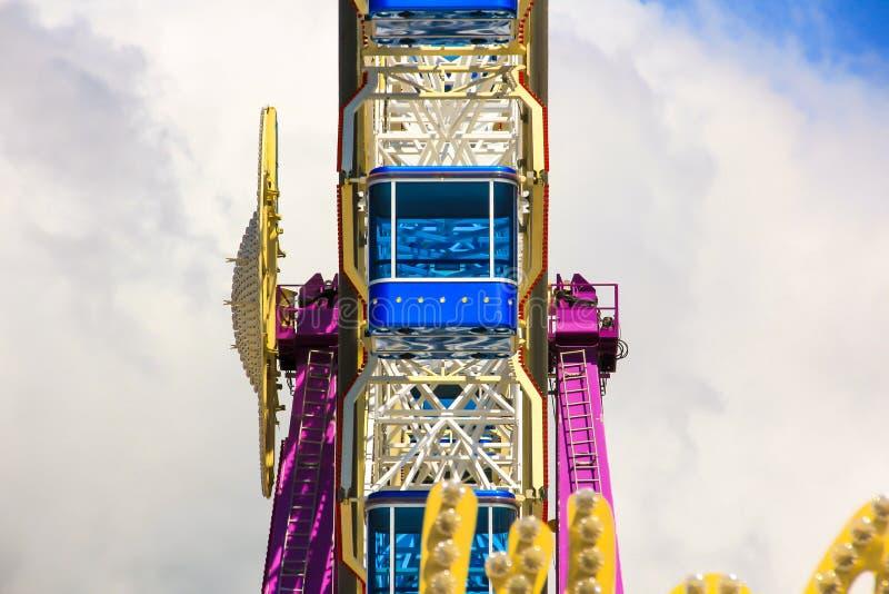 Колесо Ferris с голубыми кабинами стоковое фото rf