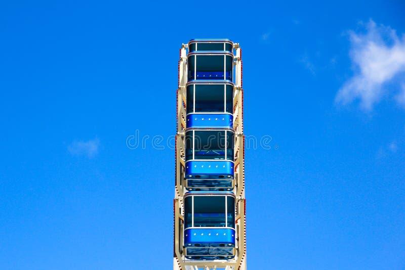 Колесо Ferris с голубыми кабинами стоковые изображения rf