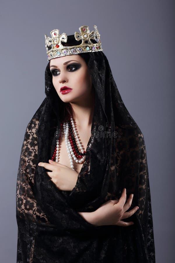 колдовство Женщина в старомодных одеждах и кроне стоковые фотографии rf
