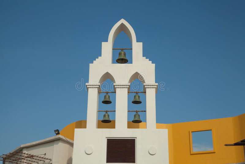 колоколы на хорватской башне церков с голубым небом стоковое фото rf