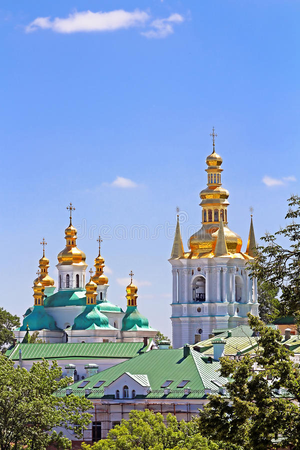 Колокольня дистантных пещер и церковь рождения благословили предположение девственницы святое монастыря Киева Pechrsk Lavra, Kyiv стоковые фото