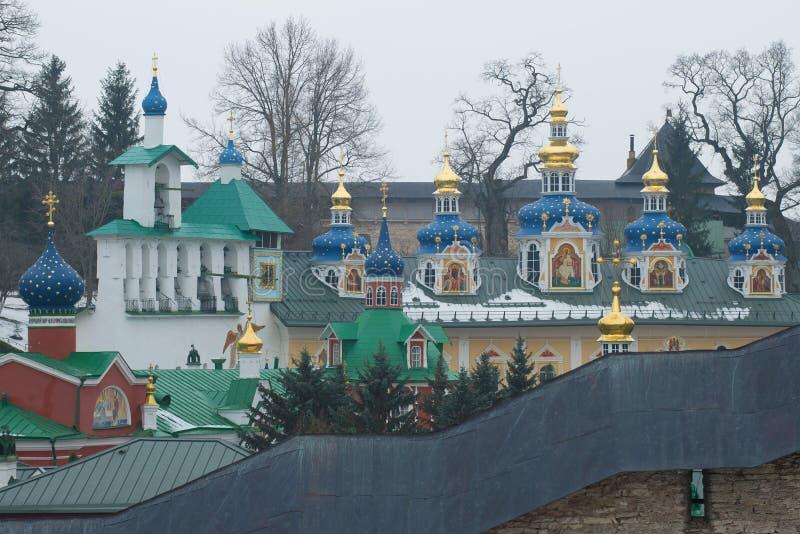 Колокольня и куполы монастыря Syato-Uspensky Pskovo-Pechorsky Pechory, область Пскова Россия стоковая фотография rf