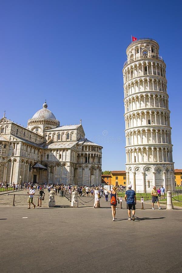 Колокольня и собор склонности Пизы в Италии в лете стоковое фото