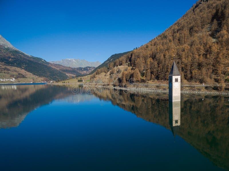 Колокольня resia озера стоковые фотографии rf