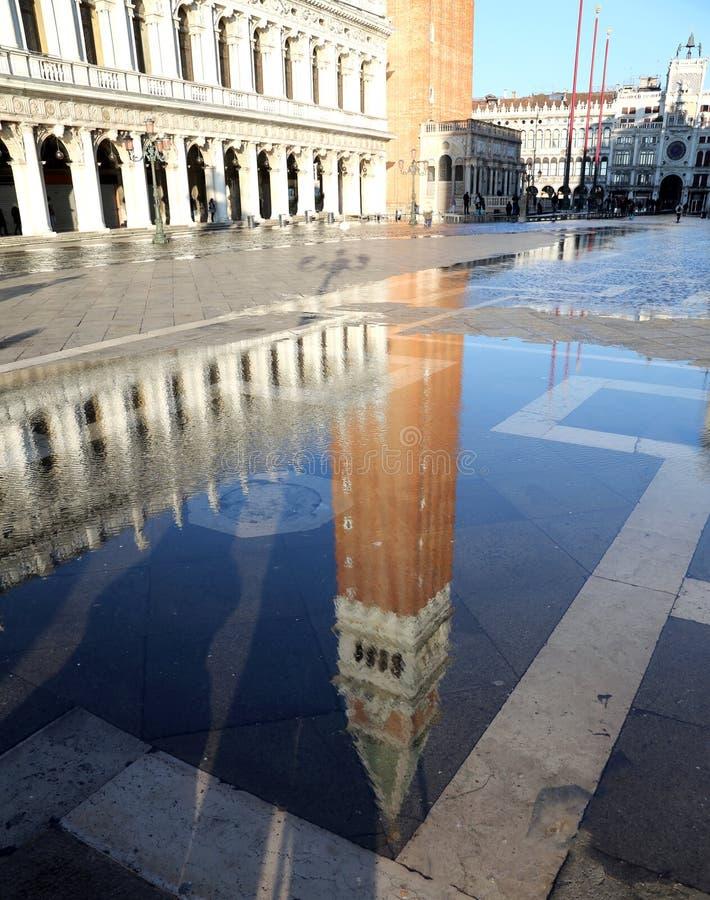 Колокольня St Mark на полной воде во время flooding квадрата внутри стоковые фотографии rf