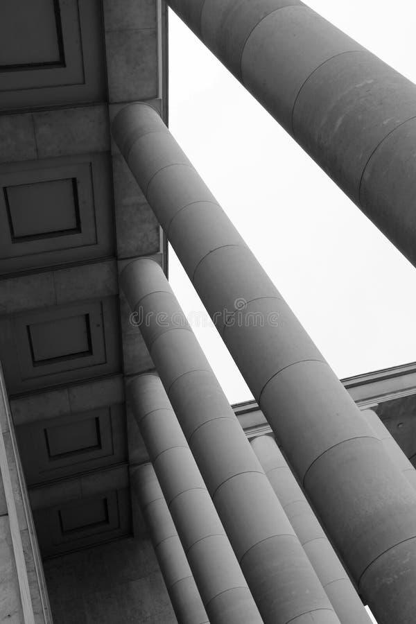 Колоннада была построена в дворе Palais de Токио в Париже (Франция) стоковое фото rf