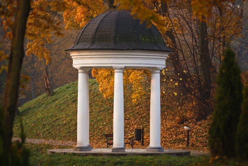 Колоннада в парке Yunost стоковая фотография rf