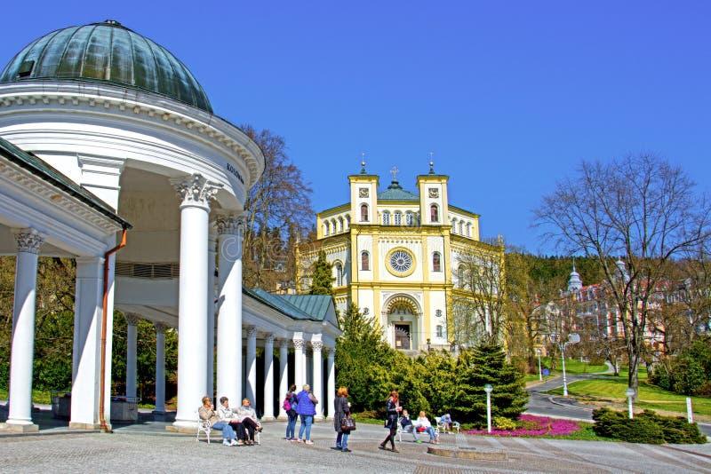 Колоннада и католическая церковь весны Karolina в Marianske Lazne стоковая фотография