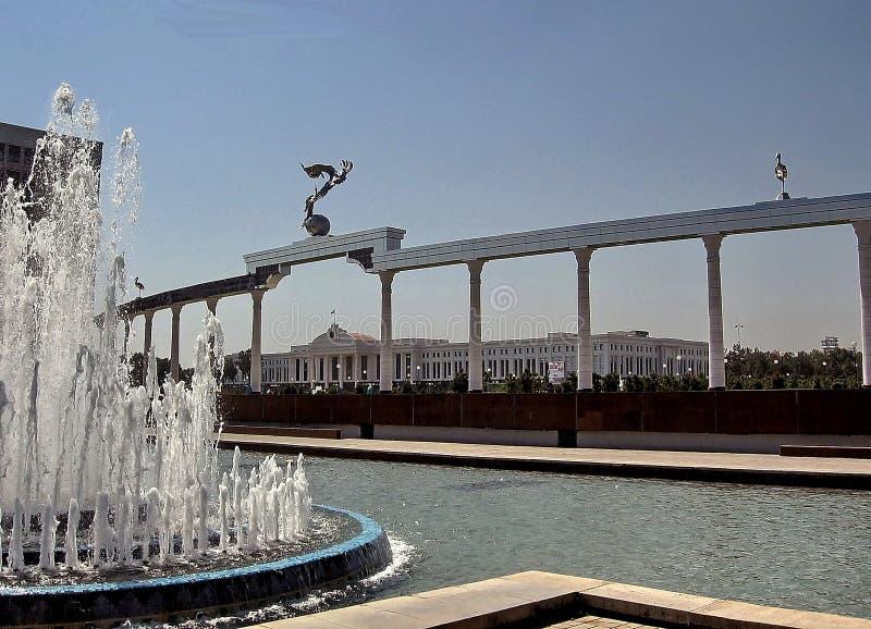 Колоннада квадрата независимости Ташкента и сенат 2007 стоковое изображение