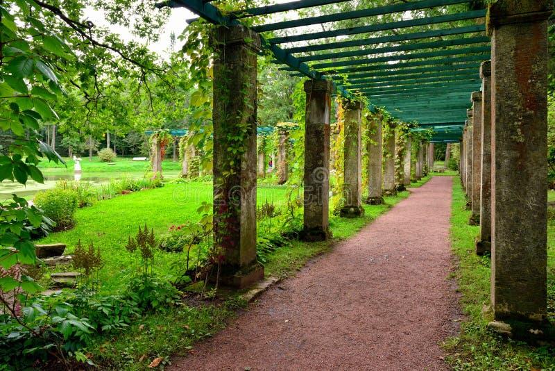 Колоннада около дворца Китая в саде, Oranienbaum, Lomonosov, стоковое фото