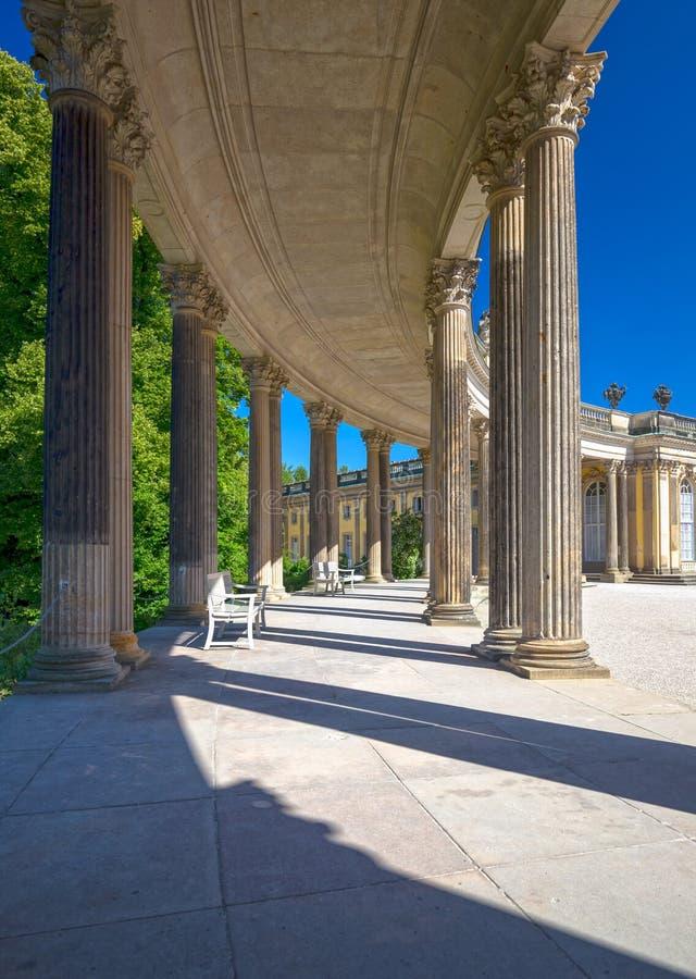 Колоннада от XVIII века в парке Sanssouci Потсдама стоковые фотографии rf