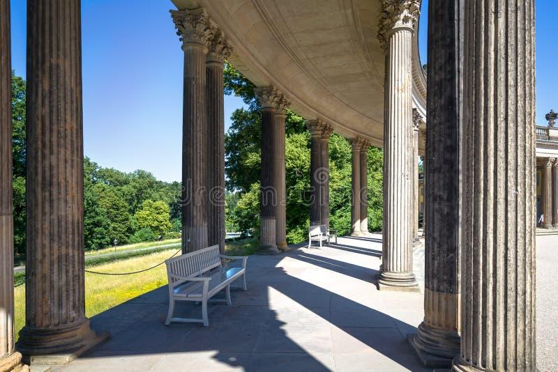 Колоннада от XVIII века в парке Sanssouci Потсдама стоковое фото