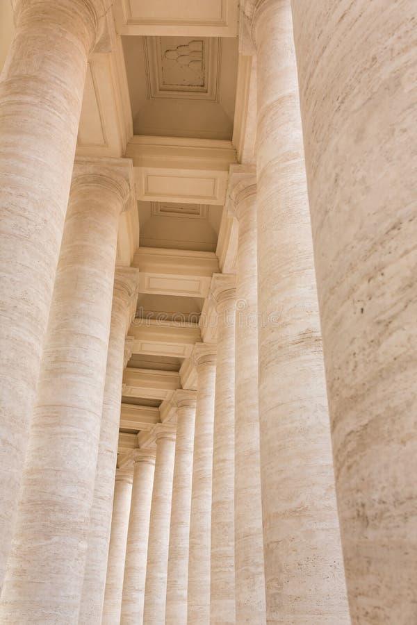 Колоннада Bernini в аркаде Сан Pietro стоковое фото