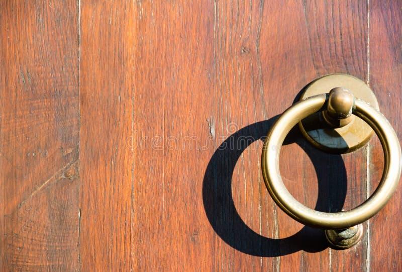 Колотушки на деревянной двери стоковое фото