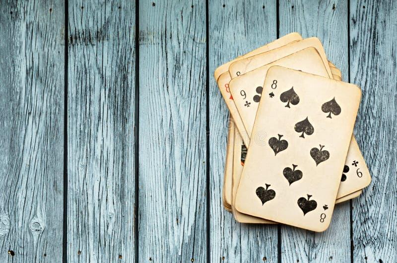 Колода карт на деревянной предпосылке стоковое фото