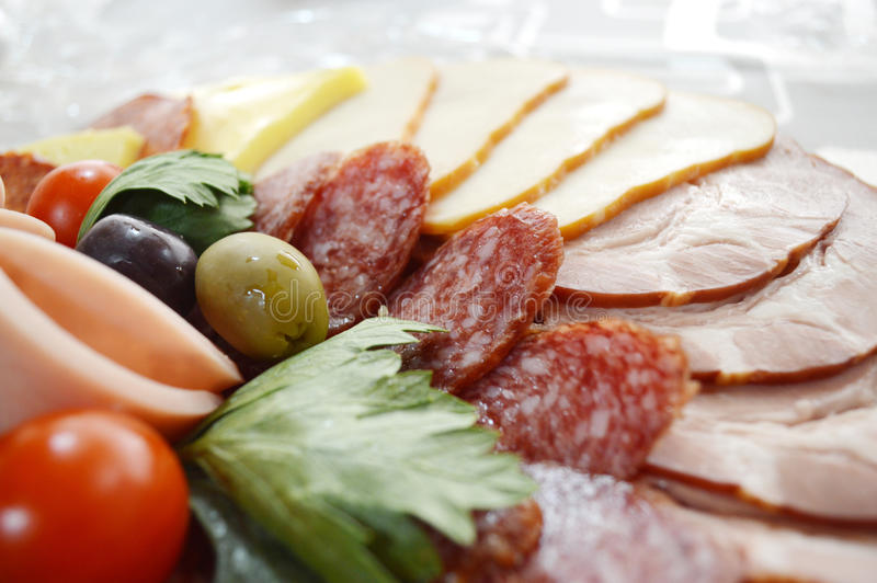 Колодец украсил еду, канапе, холод, отрезки, шведский стол стоковое фото rf