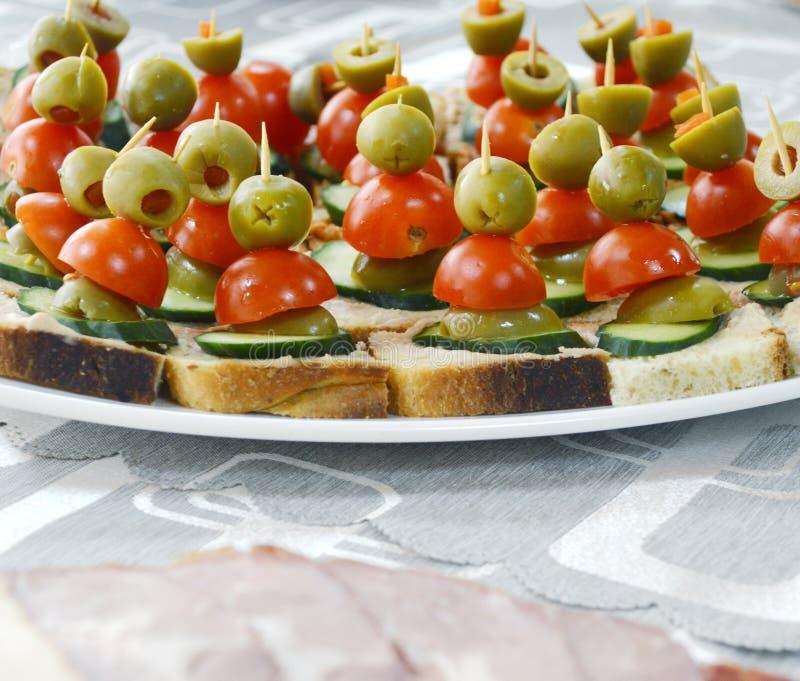 Колодец украсил еду, канапе, холод, отрезки, шведский стол стоковые фото