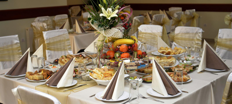 Колодец украсил еду на таблице стоковое фото rf