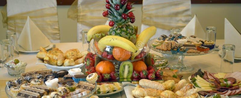 Колодец украсил еду на таблице стоковое изображение rf