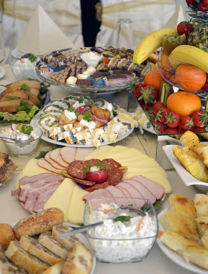 Колодец украсил еду на таблице стоковая фотография