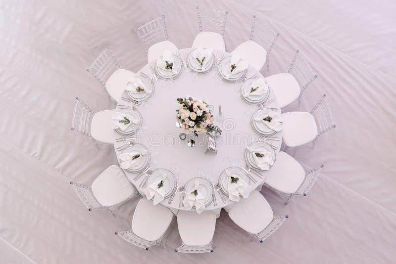 Колодец украсил таблицу пронумерованную гостем в фото вниз-взгляда стоковое изображение rf