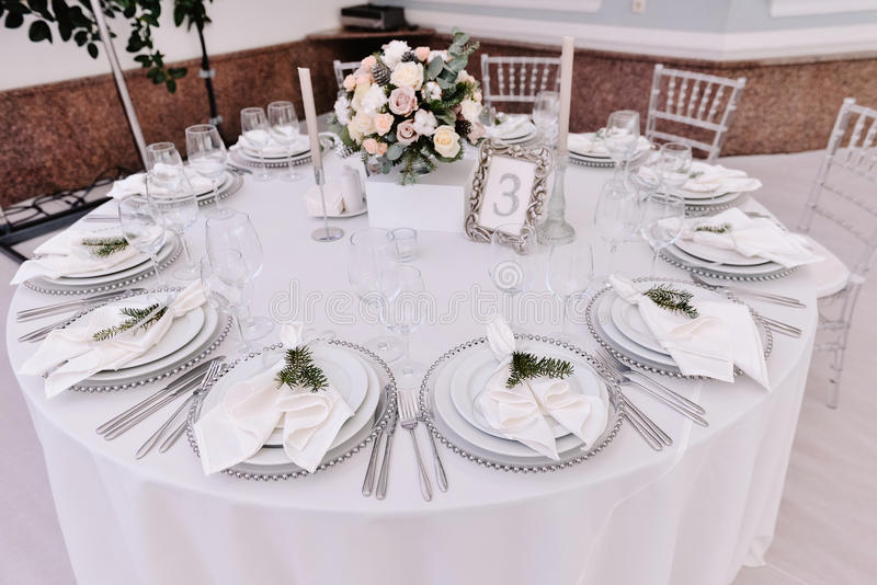 Колодец украсил таблицу пронумерованную гостем в tenderless зале свадьбы стоковые фотографии rf