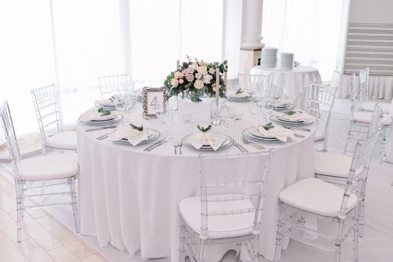 Колодец украсил таблицу пронумерованную гостем в tenderless зале свадьбы стоковые изображения