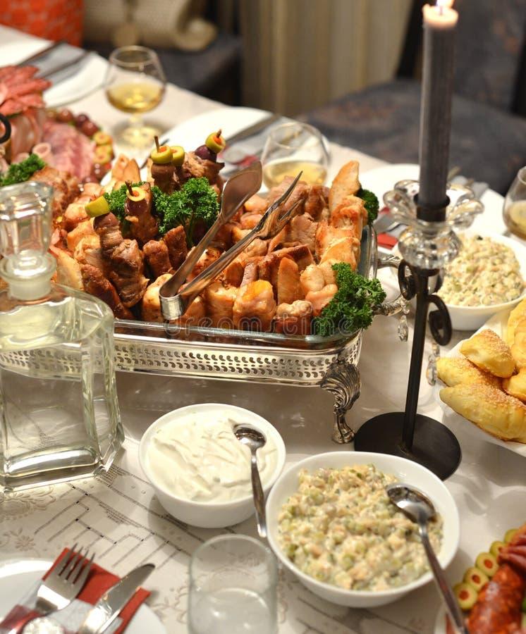Колодец украсил таблицу с едой стоковые фотографии rf