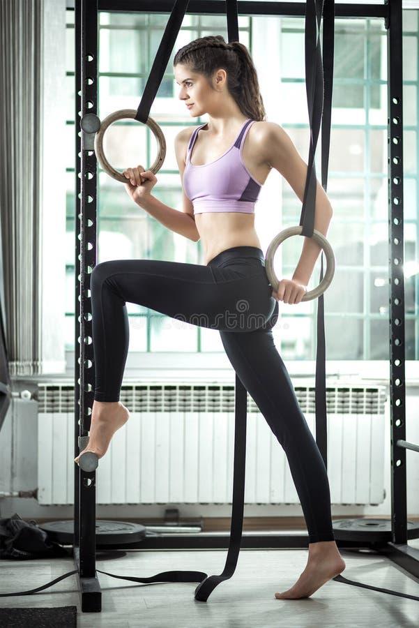 Кольца в женщине фитнес-центра и красоты стоковые изображения rf