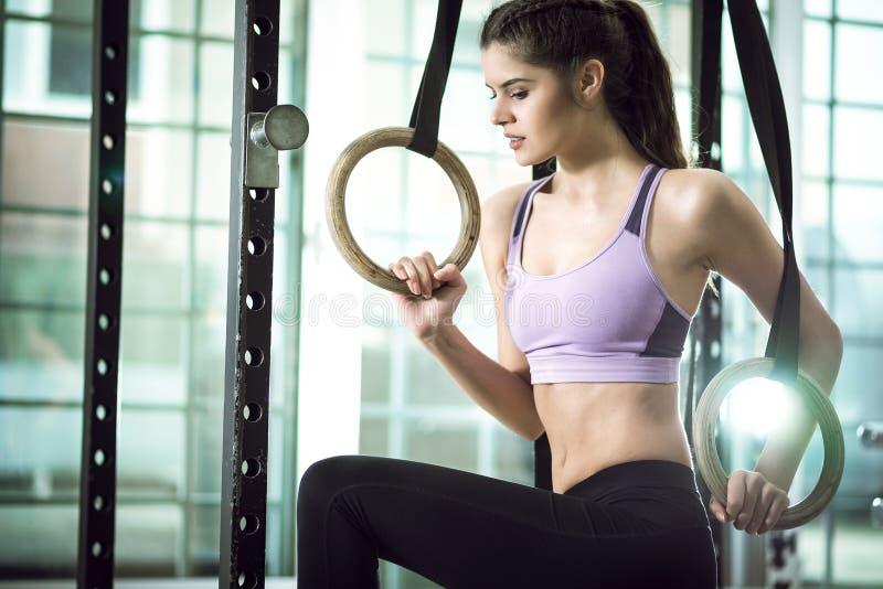 Кольца в женщине фитнес-центра и красоты стоковая фотография