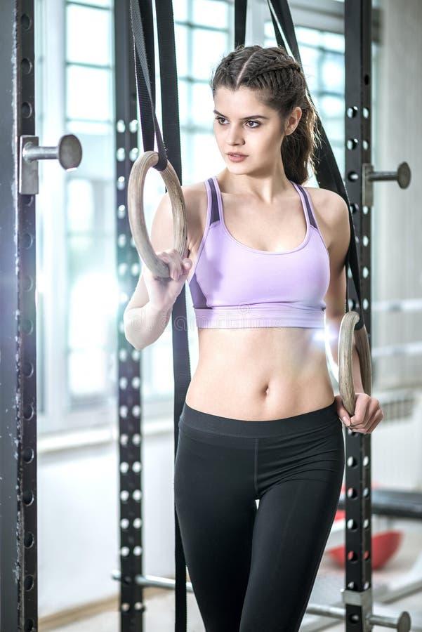 Кольца в женщине фитнес-центра и красоты стоковые фото