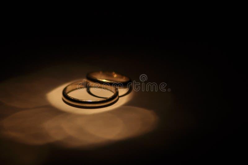 кольца золота wedding Сертификат и символ замужества отношение Любовь стоковые изображения rf