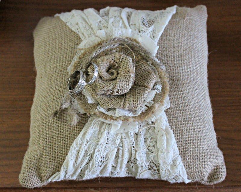 Кольца и подушка стоковое фото rf
