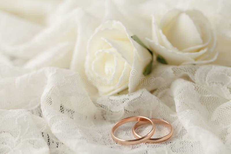 Кольца на цветках на белой ткани, wedding деталях стоковые изображения rf