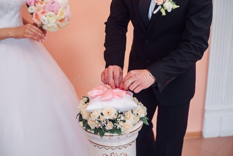 Кольца обменом жениха и невеста на свадьбе стоковые изображения