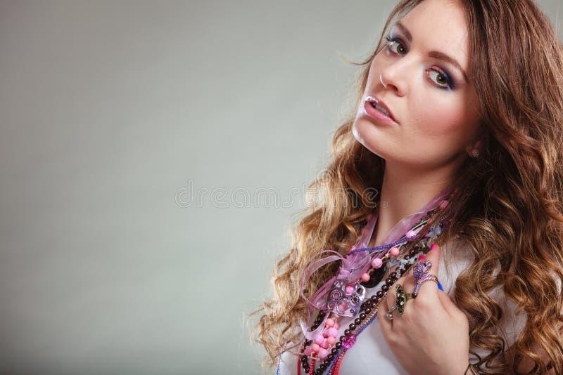 Кольца ожерелиь ювелирных изделий милой молодой женщины нося стоковые фотографии rf