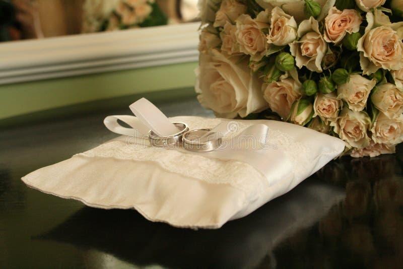 Download кольца предпосылки яркие Wedding белизна Стоковое Изображение - изображение насчитывающей подушка, розы: 41662835