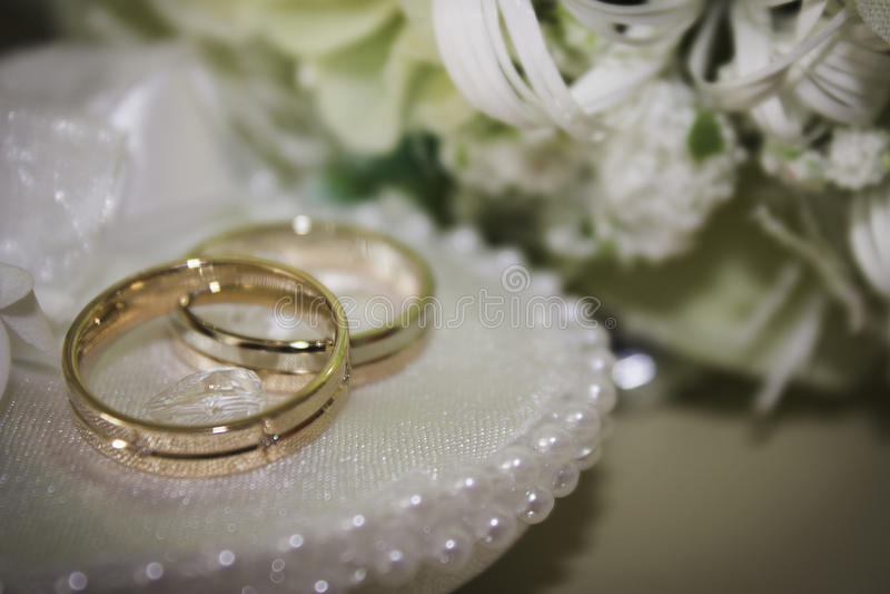 кольца предпосылки яркие wedding белизна стоковое изображение