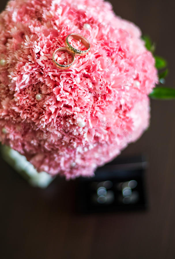 Download кольца цветков wedding стоковое фото. изображение насчитывающей церемония - 41662114